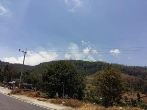 Pucuk Gunung Lawu yang terlihat di Jalan Raya Sarangan-Plaosan, Magetan. Terlihat kepulan asap tipis yang tersamarkan oleh awan (Dok : Pribadi)