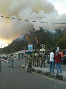 Api menjalar ke pemukiman warga di Cemorosewu (Dok : Akun Path Pipink Rivia)